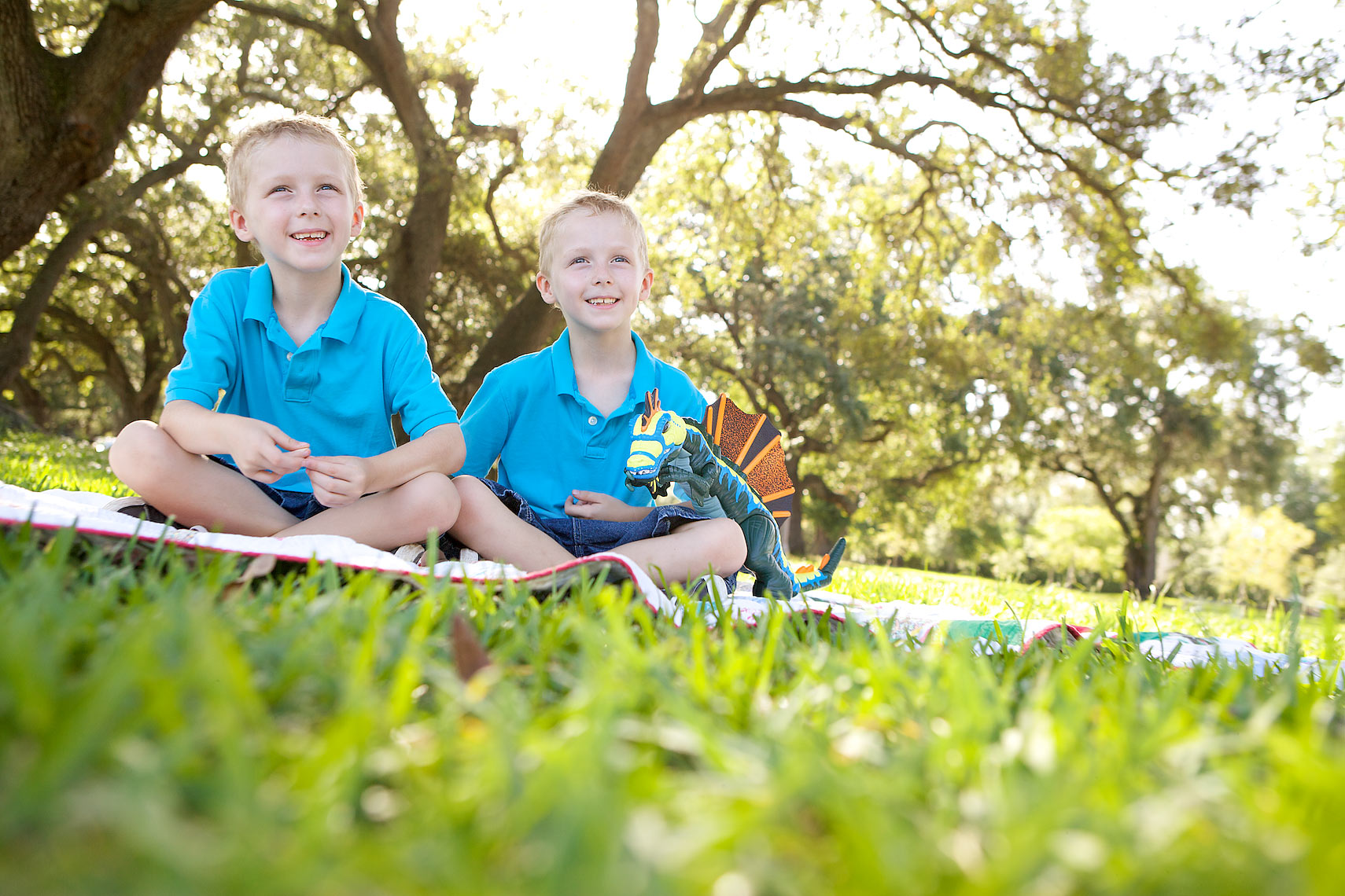 twin boys sitting on grass with blanket, park _2387_Robert-Holland.jpg