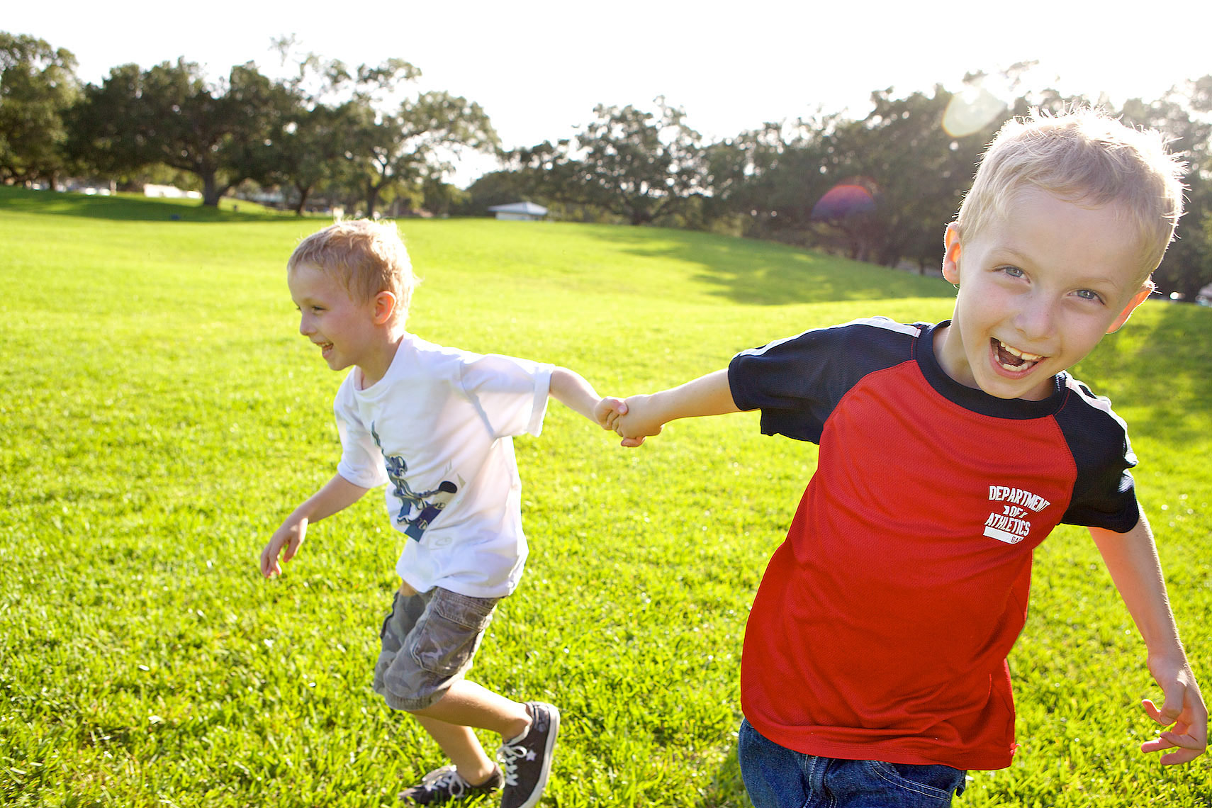 Robert-Holland_2819_twin boys running on grass in park, holding hands, laughing, Fort Lauderdale, Florida