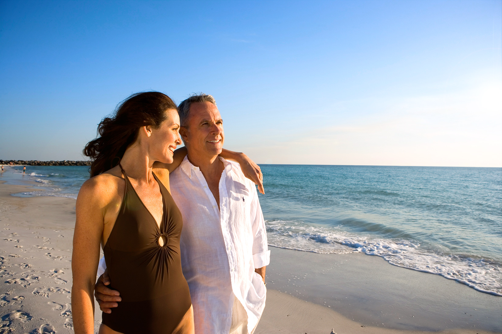 Robert-Holland_lifestyle-photographer_couple-on-beach_Florida_panhandle
