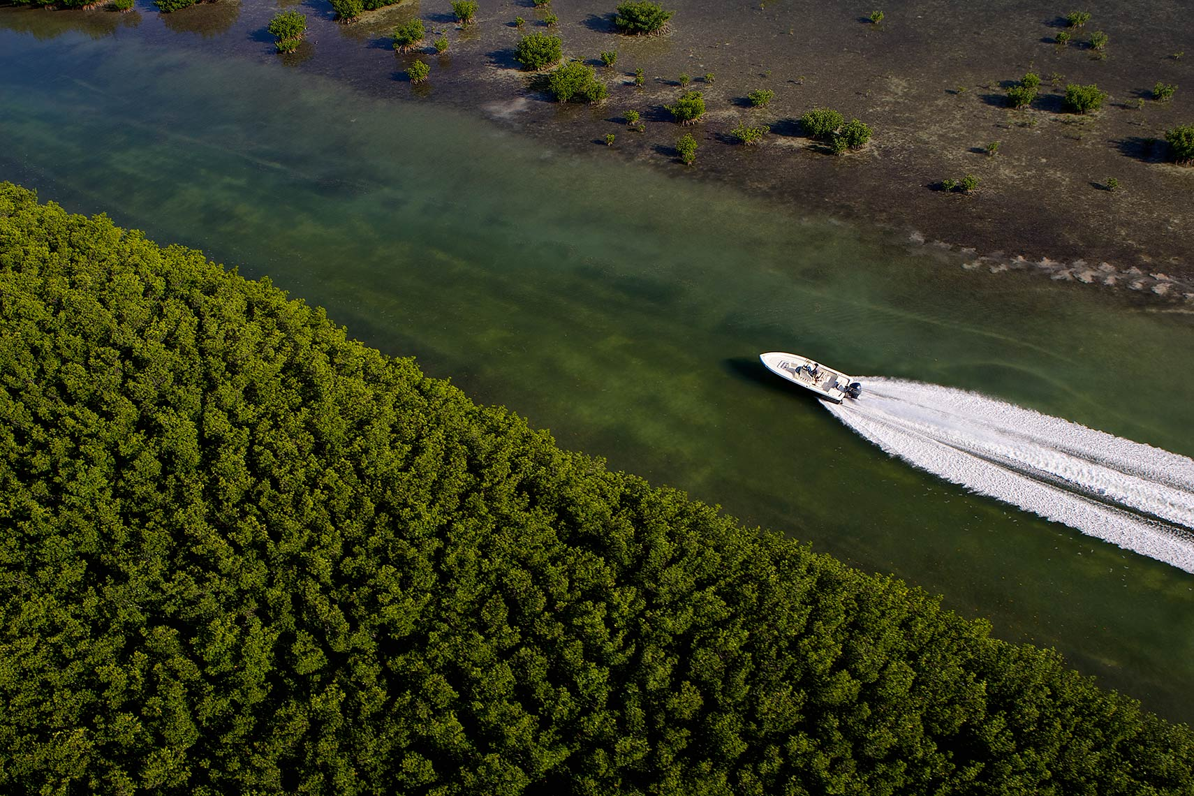 Robert_Holland_aerial-of-small-boat-in-mangrove-channel-in-Florida-Keys_A2D008
