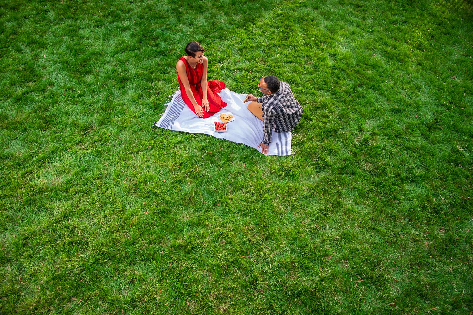 _13477_overhead-view-couple-on-picnic-blanket-backyard_Robert-Holland